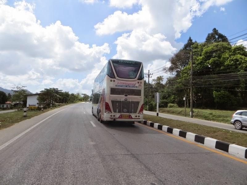Большой автобус на трассе Таиланд