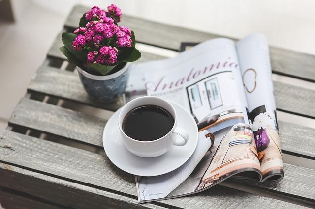 ảnh ly cà phê và cuốn tạp chí