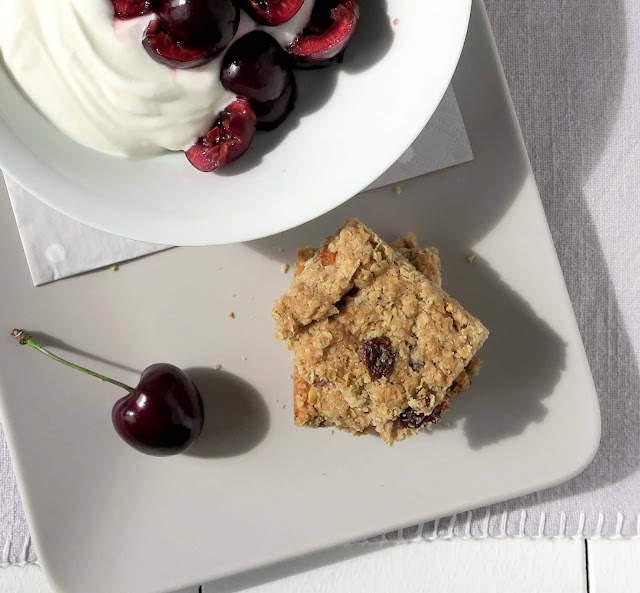 Sommerfrühstück mit Kirschen, Joghurt und Flapjack Biscuits