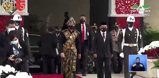 Jokowi Kenakan Baju Adat NTT Saat Tiba Di Gedung Nusantara,tapi Maruf Amin Pakai Jas