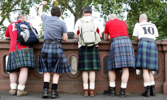 Homens em trajes tradicionais escoceses