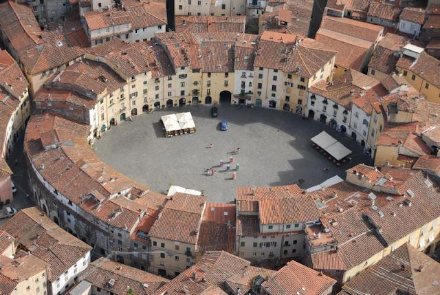 cosa-vedere-a-Lucca-Piazza Anfiteatro