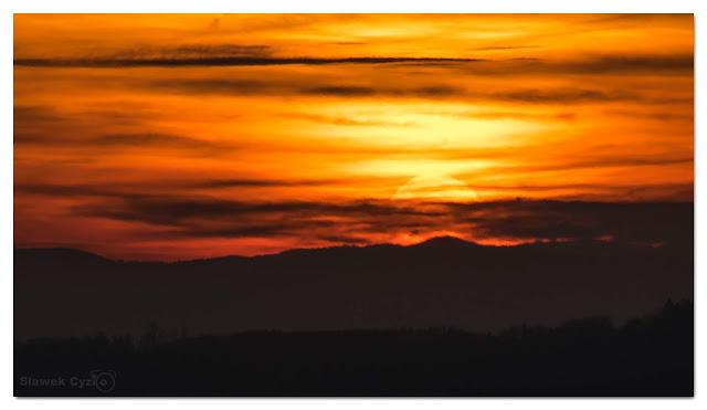 Zachód słońca za Gorcem z wieży widokowej w Głobikowej