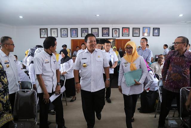 Viral Petang BANDAR LAMPUNG --- Gubernur Lampung Arinal Djunaidi bergerak cepat memacu lokomotif bidang Pertanian di Provinsi Lampung dengan mengumpulkan jajaran pertanian dan stakeholder, di Aula Dinas Perternakan dan Kesehatan Hewan Provinsi Lampung, Bandarlampung, Rabu (12/2/2020).
