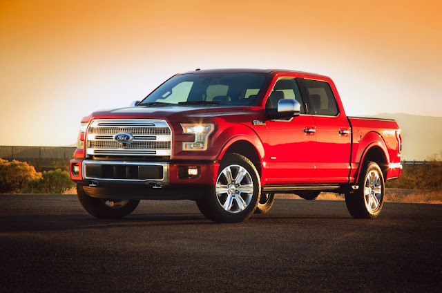 Front 3/4 view of 2017 Ford F-150 4X4 SuperCrew Platinum