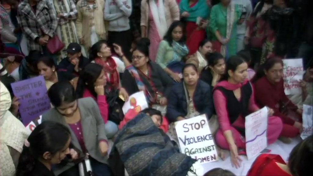 जंतर-मंतर पर आमरण अनशन पर बैठीं स्वाति मालीवाल, पुलिस ने परिसर खाली करने को कहा