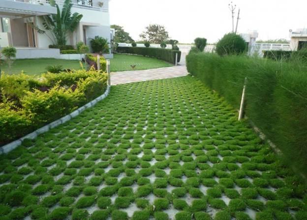 зеленая парковка с бетонной решеткой на въезде во двор