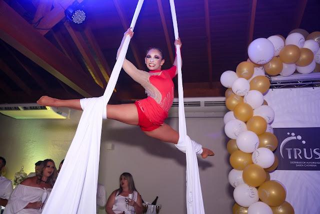 Intervenção circense acrobata aerea no tecido em festa de final de ano da empresa Truss Cosméticos, Aguas da Brava Itajaí SC.