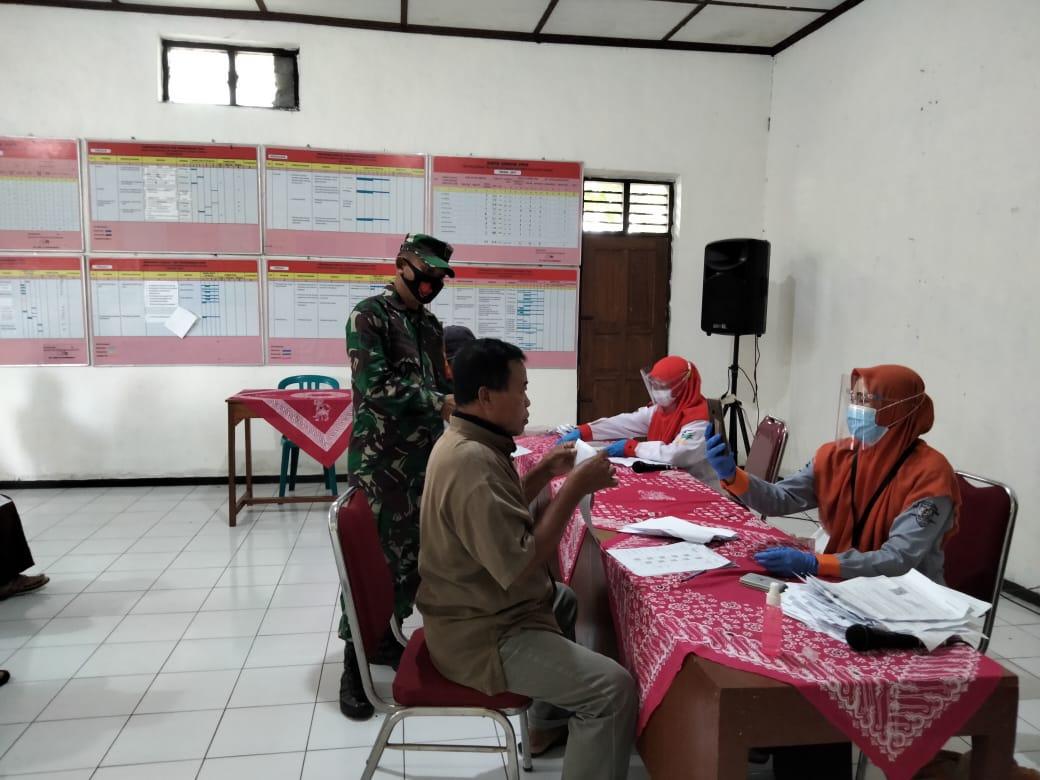 Babinsa Kawal Penyaluran BST Di Balai Desa Ketandan