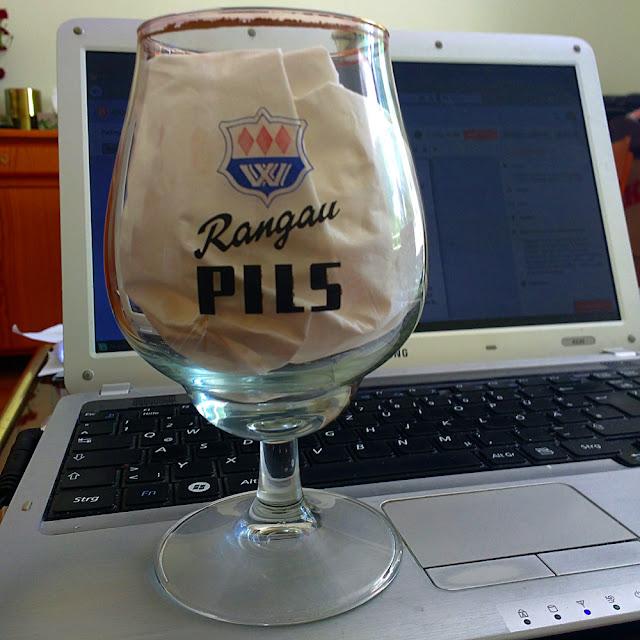 Pilstulpenglas mit Aufschrift Rangau Pils steht auf Notebook