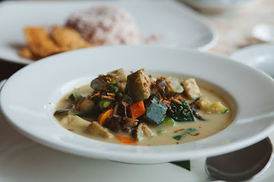 Sweet Potato and Kale Green Curry With Tofu