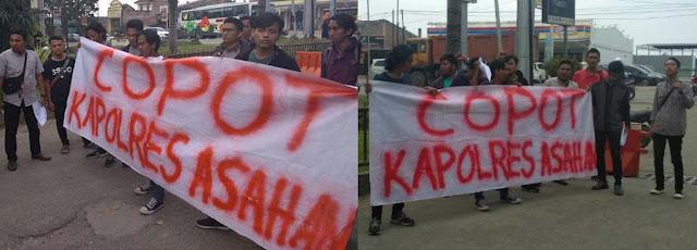 Aksi mahasiswa yang meminta kepada Kapoldasu agar mencopot jabatan Kapolres Asahan.