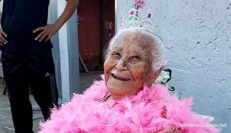 Anciana cumple 100 años y agradece a Dios