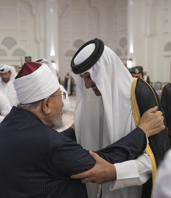 امير قطر يقيم مادبة افطار على شرف يوسف القرضاوي