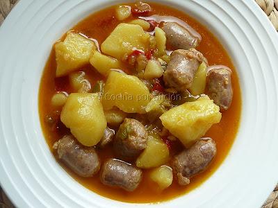 Patatas guisadas con salchichas caseras y pimientos
