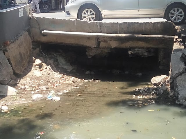 Retakan di Jalan Sutorejo Semakin Hari Semakin Menghawatirkan
