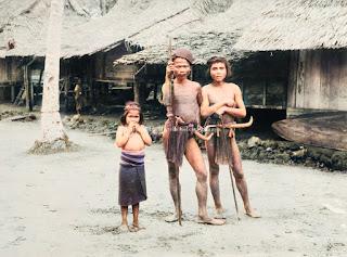 potret dua orang dewasa dan seorang anak di nias