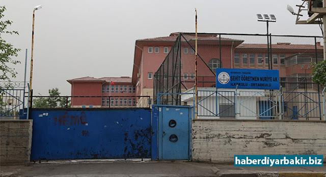 DİYARBAKIR-Diyarbakır'ın Yenişehir ilçesinde bulunan Şehit Öğretmen Nuriye Ak İlk ve Ortaokulunun idarecilerine yönelik çarpıcı iddialarda bulunan kimi öğretmenler, okul müdürünü haksız kazanç elde etmek ve KHK'dan açığa alındıktan sonra görevlerine dönen öğretmenleri kayırmakla suçladılar.