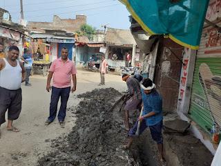 जगम्मनपुर, जालौन : गंदगी से पटे बाजार में प्रधान का स्वच्छता मिशन प्रारंभ, नाली में कीचड़ और सड़कों पर नहीं रहने देंगे कचरा : प्रज्ञादीप