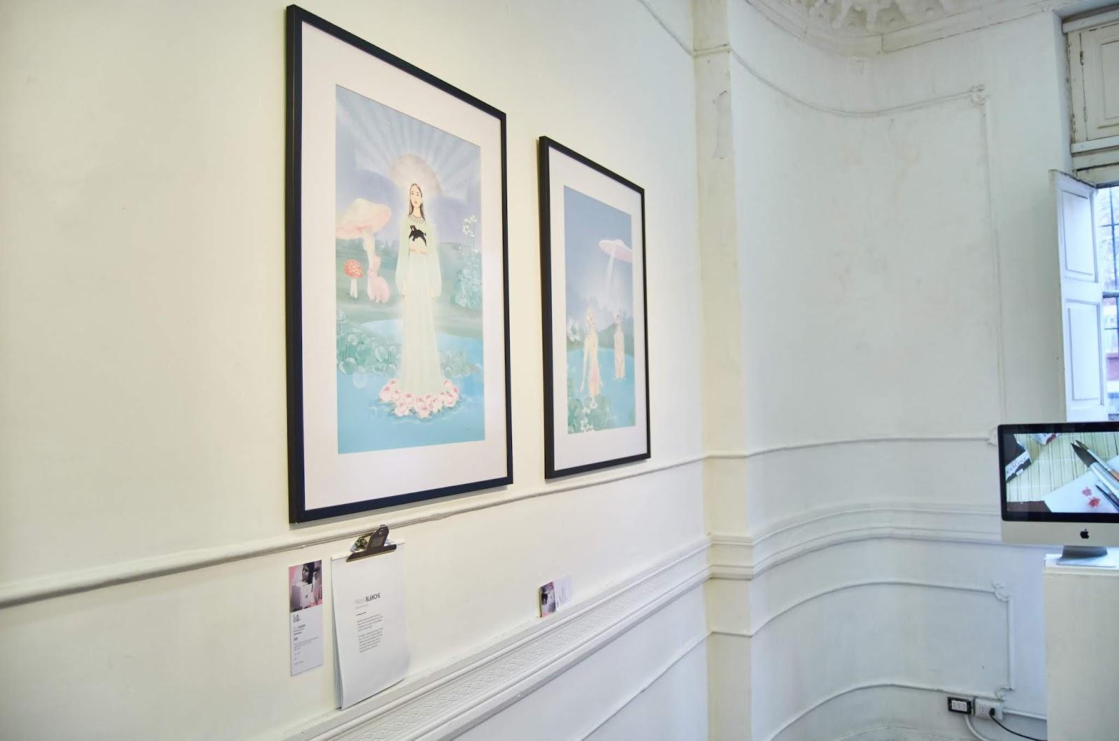 Sala de la muestra donde se observa ilustración de Paula Blanche