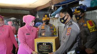 Kunker ke Pangkep, Ketua Bhayangkari Sulsel Beri Bantuan dan Santuni Anggotanya