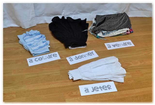 piles de vêtement à trier pour recycler, donner à des associations ou transformer