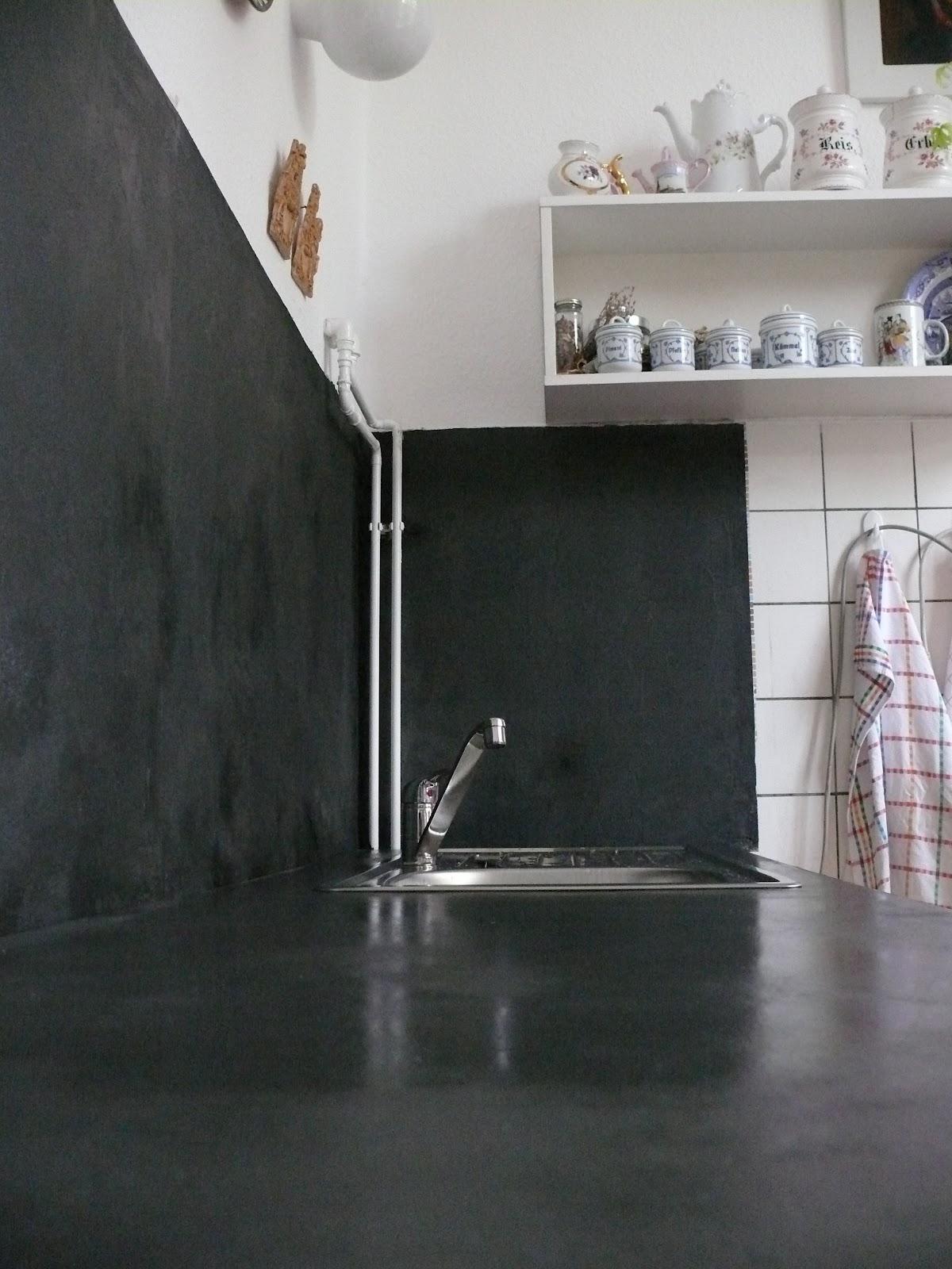 Schwarze Kuche Mit Betonarbeitsplatte Kuchenruckwand Spritzschutz