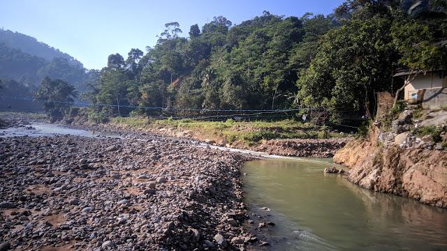Sungai Ciberang di Lebakgedong yang seharusnya ada jembatan besar untuk akses ke Gunung Luhur