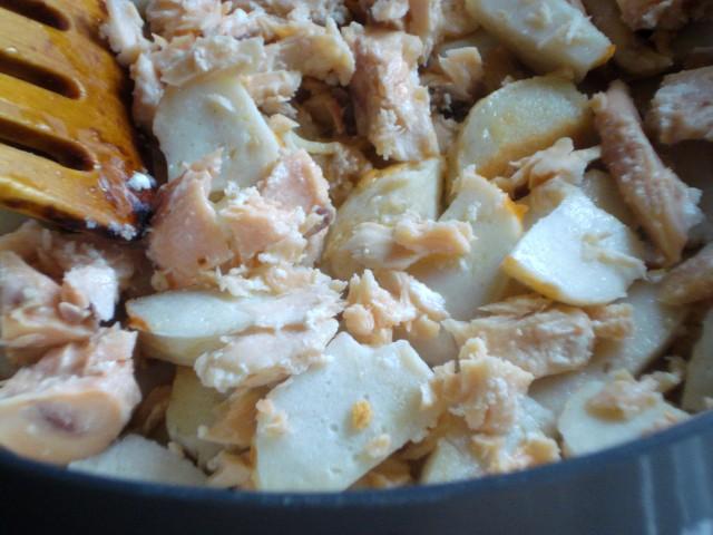 Add salmon and surimi sticks to the garlic
