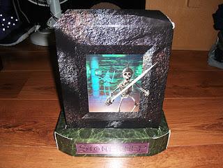 Embalaje original Stonekeep en forma de lápida