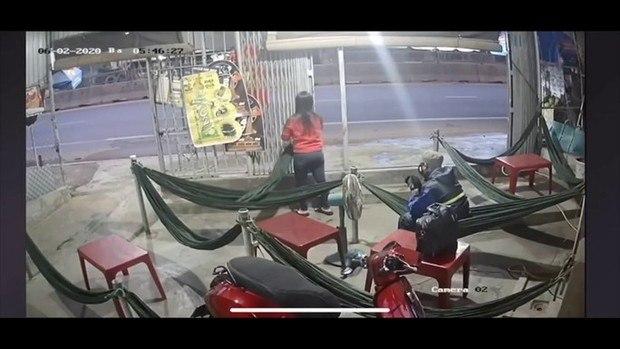 Clip cảnh tượng nam thanh niên vào uống cafe võng rồi lấy búa phang dã man vào đầu 2 chị em chủ tiệm ở Phan Thiết