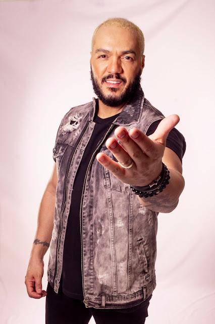 """Carinhosamente chamado de """"O Rei das Multidões"""", o cantor Belo lança junto com a GRShows, a música """"É o Que Eu Mereço"""""""
