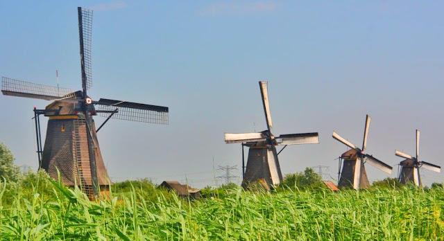 Red de molinos holandeses Kinderdijk en los Paises Bajos