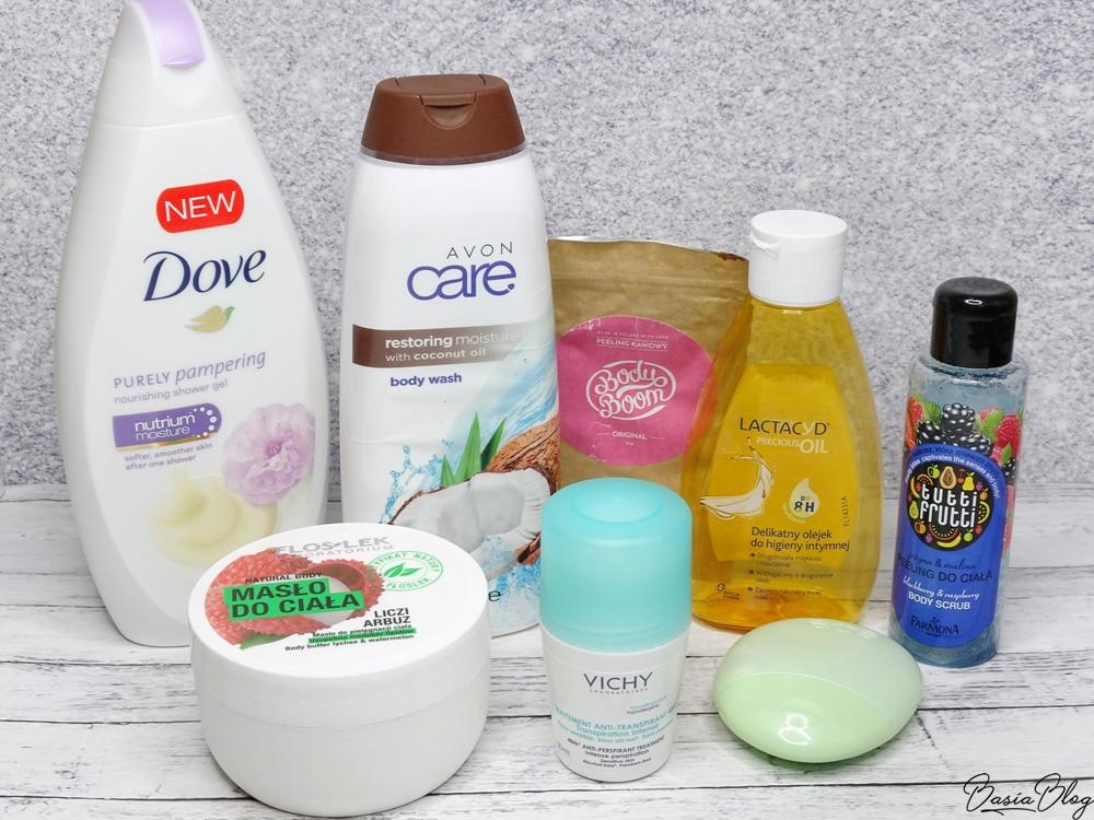 Dove, żel pod prysznic słodka śmietanka i piwonia, Avon, żel pod prysznic z olejem kokosowym, Peeling kawowy Body Boom Original, Farmona, Tutti Frutti, peeling jeżyna i malina, Lactacyd, Precious Oil, delikatny olejek do higieny intymnej, Vichy, antyperspirant przeciw nadmiernej potliwości, zielona kulka Vichy, Floslek, masło do ciała liczi arbuz, EOS, ogórkowy krem do rąk recenzja blog