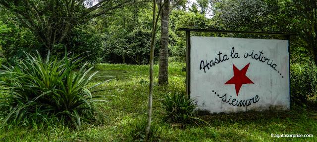 Placa marca a entrada do sítio onde Che Guevara passou os dois primeiros anos de vida