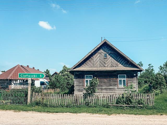 Szukasz pomysłu na weekend w Polsce? Podlasie i Kraina Otwartych Okiennic to perła tego regionu. Dowiedz się, które wsie odwiedzić i gdzie zachwycić się prawdziwym wschodnim folklorem.