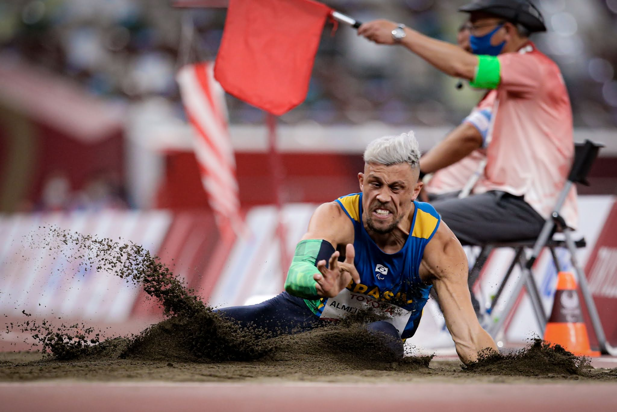Aser Mateus saltando na caixa de areia