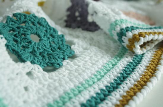 Crochet blanket, free crochet pattern: Field of Daisies Blanket | Happy in Red