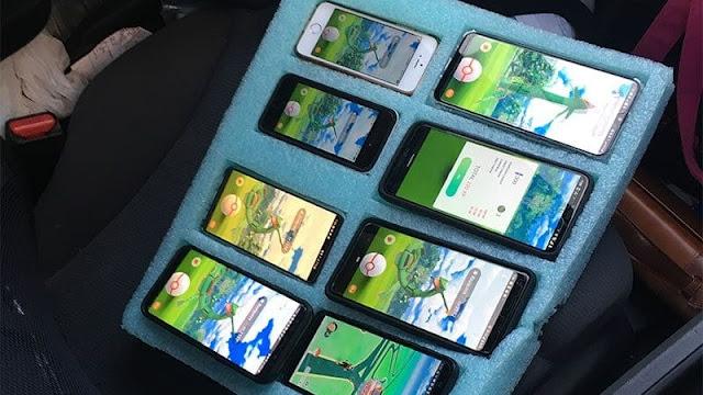 Un hombre con 8 teléfonos jugando Pokémon Go en su vehículo es parado por la policía.