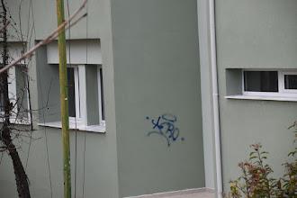 Άγνωστοι ζωγράφισαν στο φρεσκοβαμμένο 3ο Δημοτικό Σχολείο, στο οποίο είναι σε εξέλιξη οι εργασίες ενεργειακής αναβάθμισης