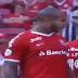 VÍDEO: Patrick dá peitada em Bruno Henrique para defender gandula