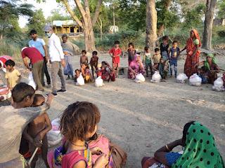 जौनपुर : नवचेतना फाउंडेशन ने दूसरे चरण में वितरित किया खाद्य सामाग्री | #NayaSabera