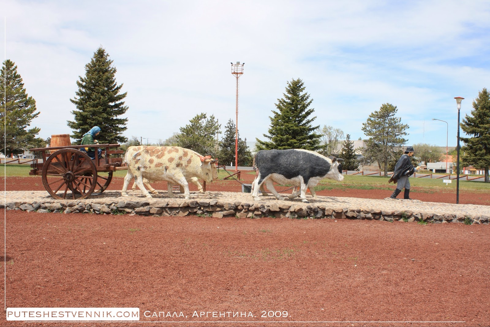 Памятник с аргентинцами, коровами и телегой