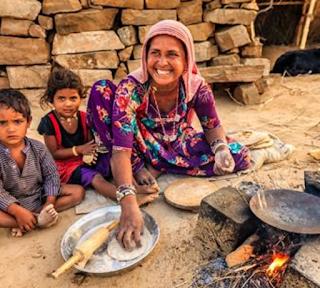 Wanita miskin masak di luar rumah