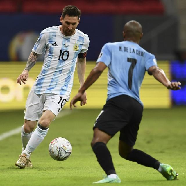 Messi jugando futbol
