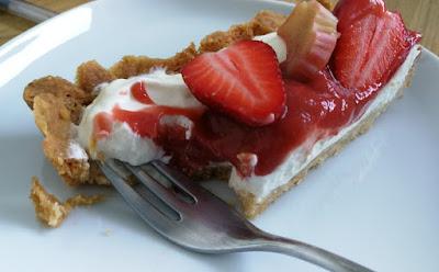 Frühsommerliche Tarte mit Schmand, Erdbeeren und Rhabarber - Detail
