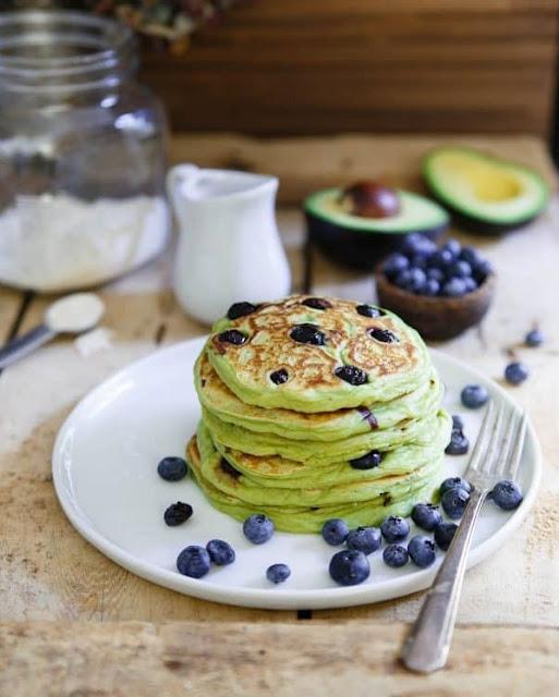 Clatite Americane / Pancakes cu Avocado si Afine