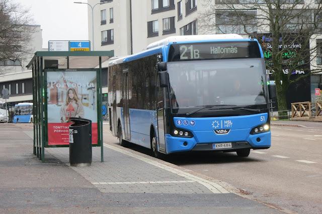 Bussi seisoo bussipysäkillä Lauttasaaressa.