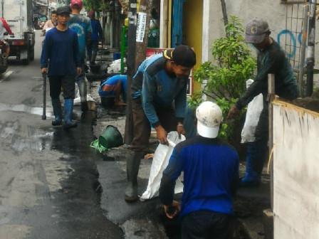 Sudin SDA Jakbar Keruk Saluran di Cengkareng Timur