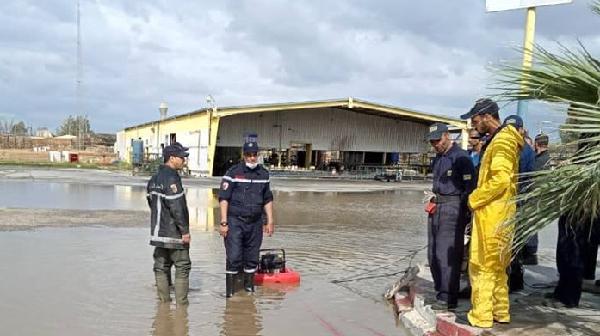 مياه الأمطار تغمر السكنات والمنشآت الصناعية بواد سلي